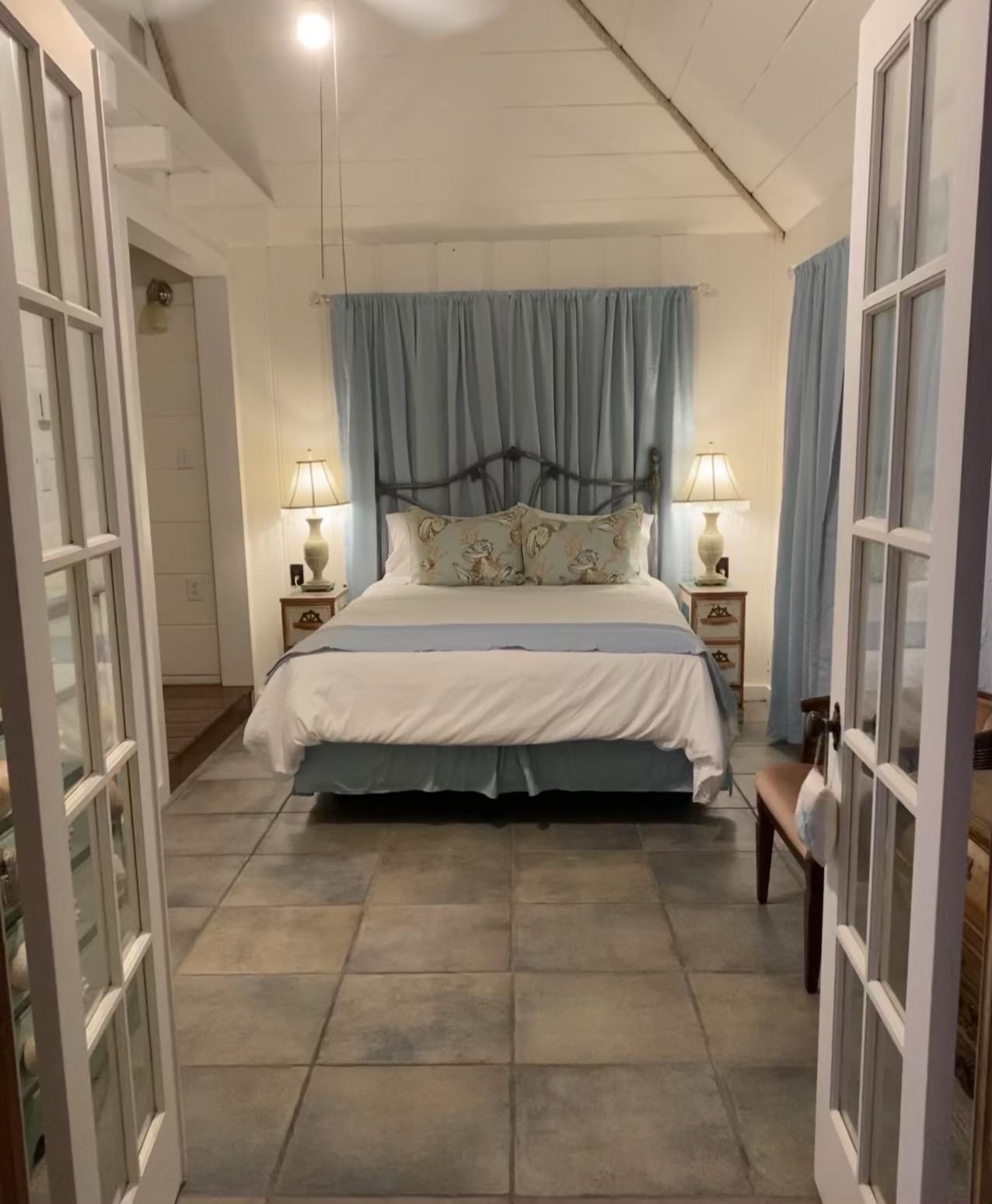 Bedroom with bathtub nook