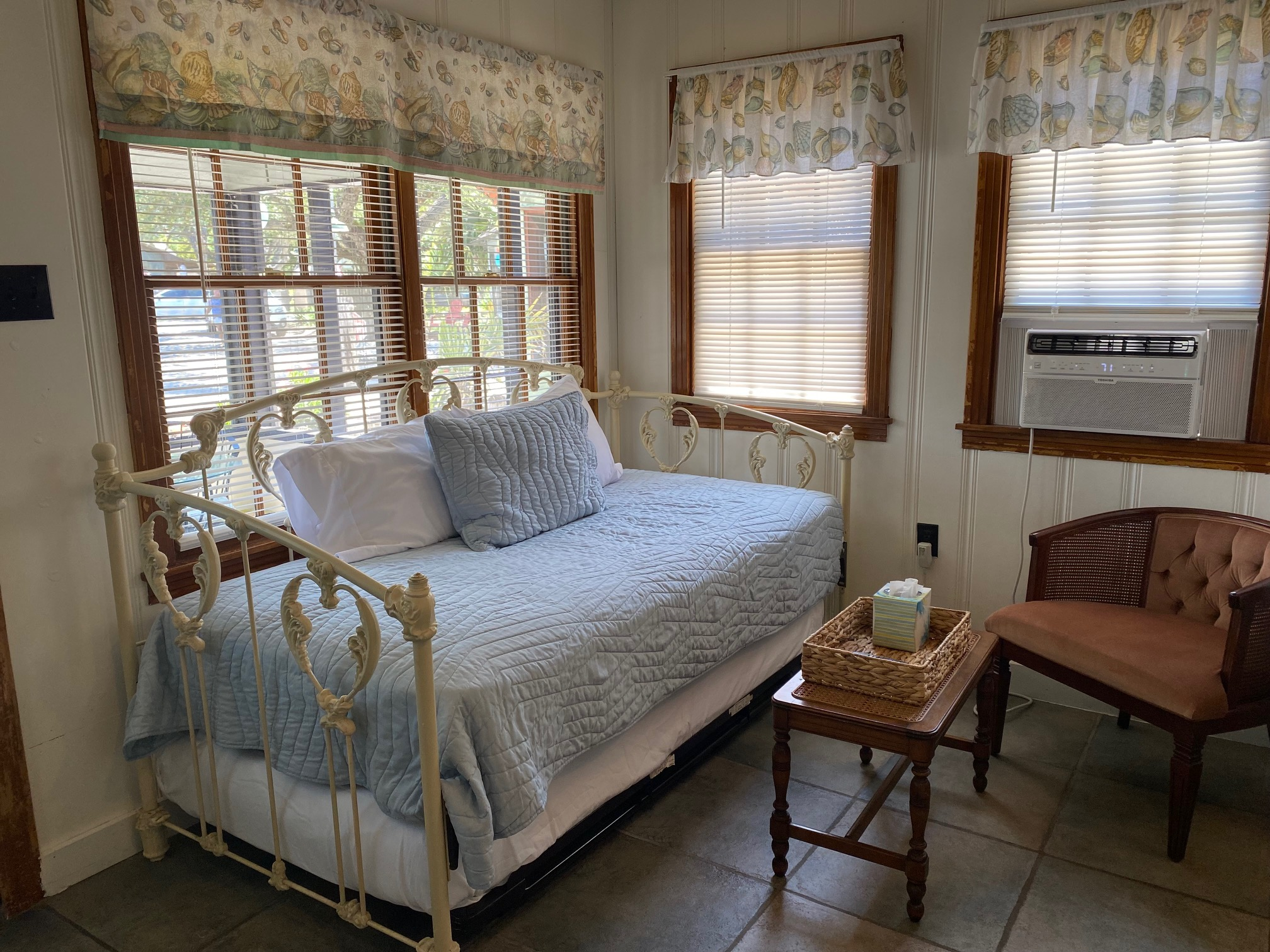 Twin size trundle daybed